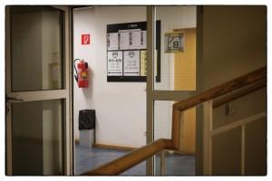 """Die """"Stiege B"""" - eines der meistfrequentierten Stiegenhäuser mit Zugang zum Sekretariat, zu den Büros der Lehrer/innen, zur Schulleitung und zu den B-Klassen. Auch der im Bild sichtbare Feuerlöscher wird bald tiefer hängen - eines der Ergebnisse der in der Vorwoche erfolgten Sicherheitsüberprüfung des Schulhauses."""