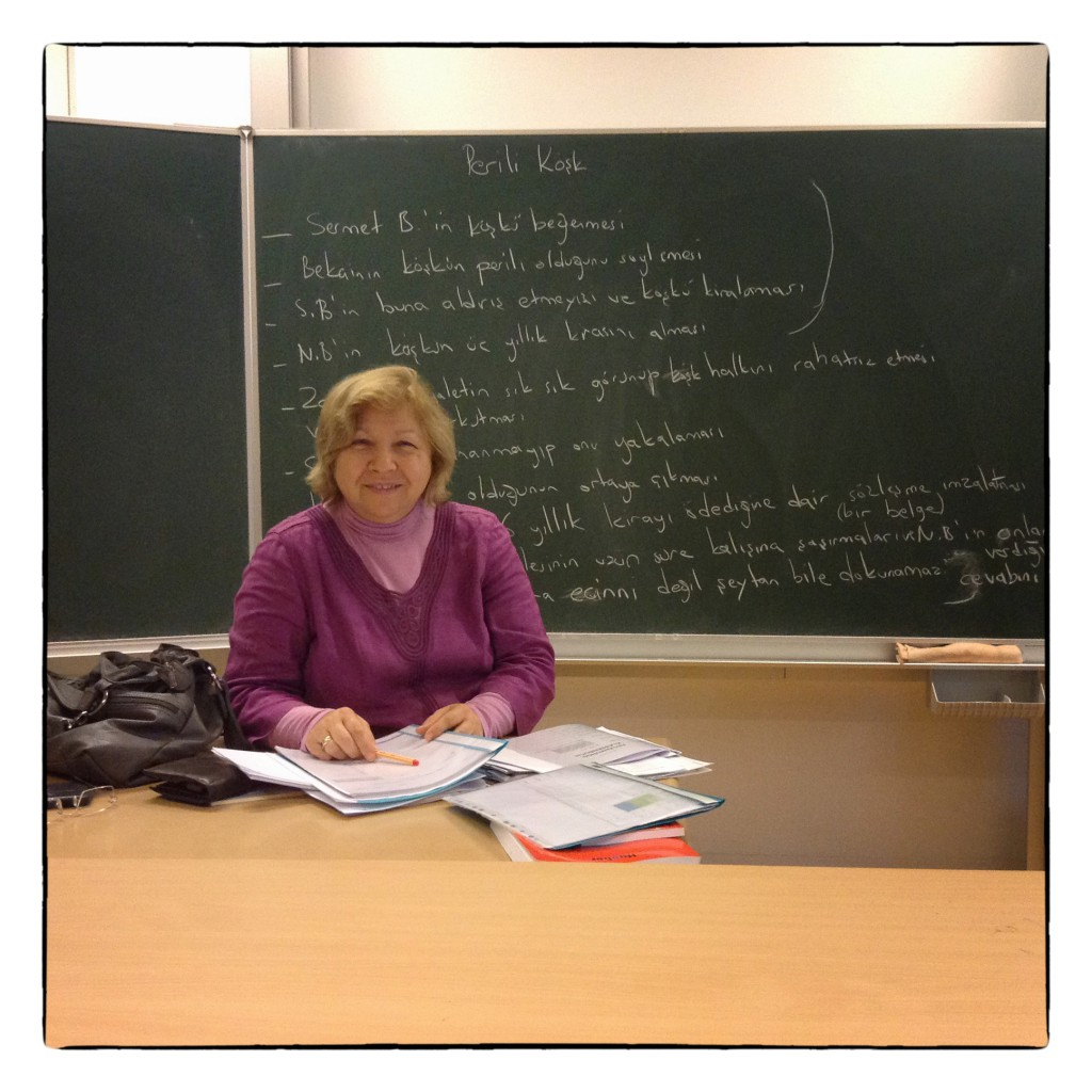 """Dr. Nuran Dönmez-Calis unterrichtet Türkisch am Abendgymnasium Wien. Türkisch ist an dieser Schule ein """"maturables"""" Sprachfach, so wie Deutsch, Englisch, Französisch und Latein. Für viele Studierende ist """"die Türkischmatura"""" eine gute Möglichkeit, neben Deutsch auch die eigene Muttersprache selbstbewusst weiterzuentwickeln."""